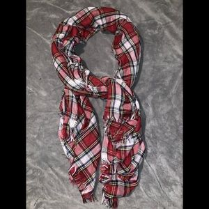 Look at this amazing scarf worn one time /so cute